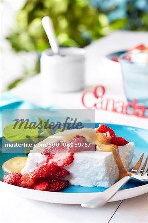 Kokos-Pudding mit Erdbeeren für Kanada Tag