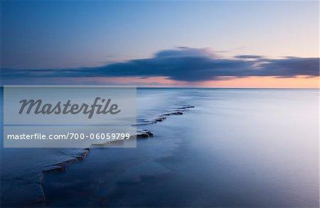 Rocheuse dans l'océan