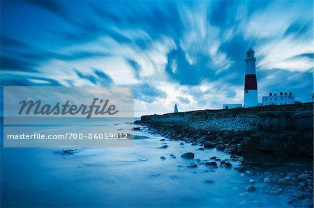 Portland Bill Lighthouse, Felsenküste und Wolken, Insel von Portland, Dorset, England