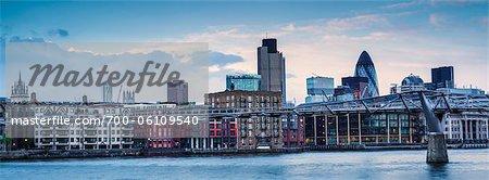 Millennium Fußgängerbrücke und Bankenviertel, London, England