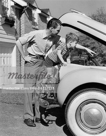 1940ER JAHRE VATER & SOHN UNTER MOTORHAUBE AUTO IN EINFAHRT ÜBERPRÜFEN