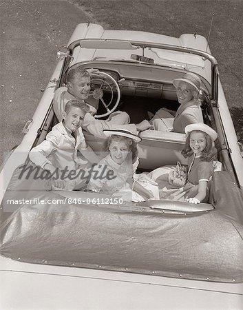 1960ER JAHRE FAMILY PORTRAIT VATER MUTTER SOHN ZWEI TÖCHTER IN CABRIO AUTO IM FREIEN BLICK IN DIE KAMERA
