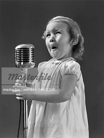 ANNÉES 1940 PEU CHANTER FACE FILLE PRISE MICROPHONE