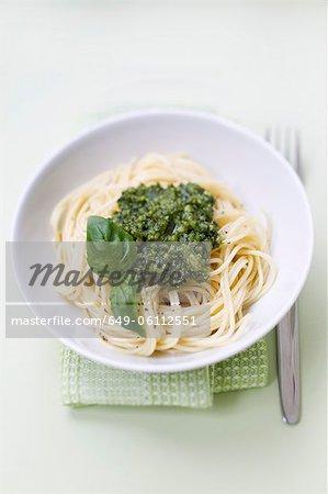 Nahaufnahme von Schüssel pasta pesto