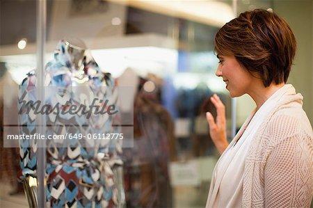 Fenêtre de femme shopping sur la rue de la ville