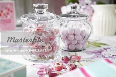 Gläser von Süßigkeiten auf Tisch