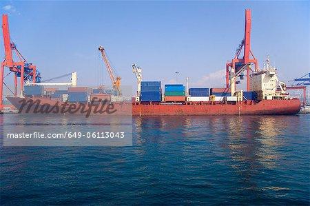Container Lastkahn in städtischen Bucht