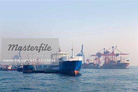 Container Kähne in der städtischen Bucht