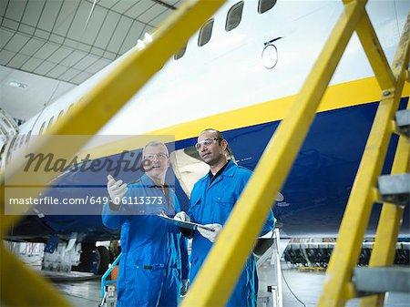 Travailleurs dans le hangar d'avion
