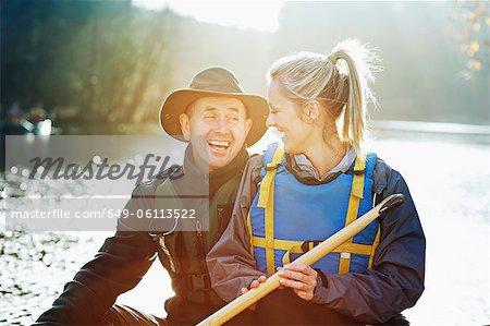 Couple assis ensemble en canoë