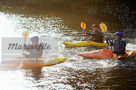 Kayakistes ramer ensemble sur encore lac