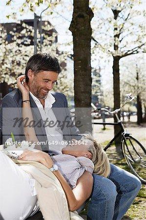 Paar erholsame auf Parkbank