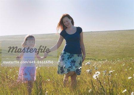 Mère et fille marche dans le champ