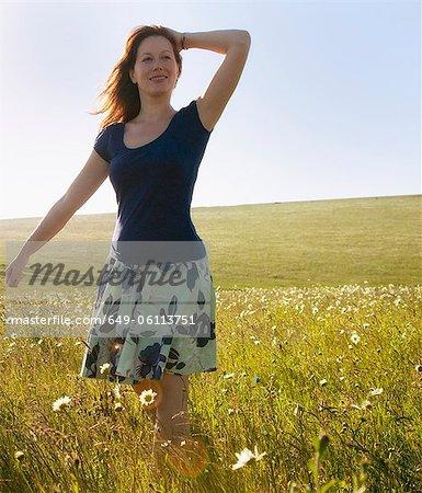 Femme qui marche dans les herbes hautes