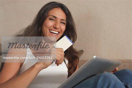 Femme achats en ligne avec tablette
