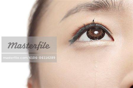 jeune femme pleure, près de l'oeil