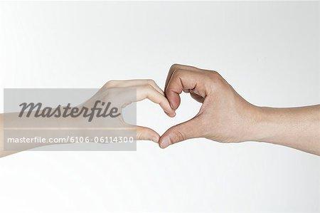 Mann und Frau die Hände bilden Herzform