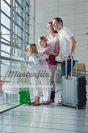 Famille à l'aéroport avec des bagages