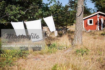Kleider hängen Wäscheleine im Hinterhof