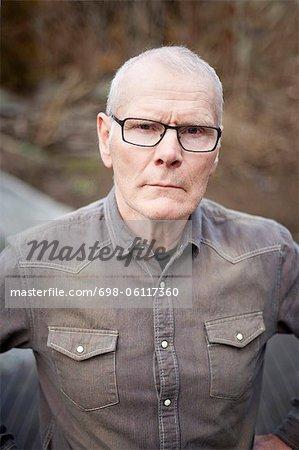 Alter Mann starrte stehen im Wald