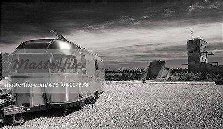Schwarz-Weiß Bild von einem Wohnmobil in geparkten in öffentlichen Campingplatz land