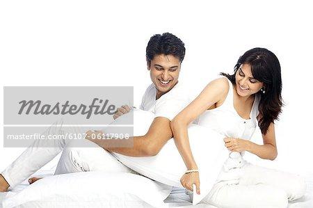 Portrait d'un couple heureux assis dos à dos