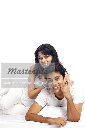 Portrait d'un couple heureux sur lit