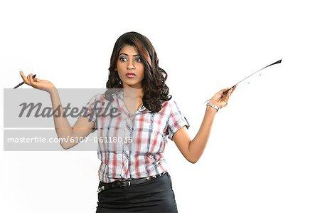 Portrait de jeune femme tenant des fichiers