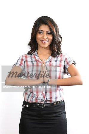 Jeune femme dépeignant le geste de namaste