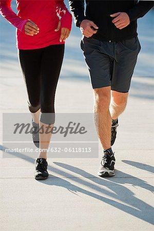 Paar jogging nebeneinander, niedrige Abschnitt