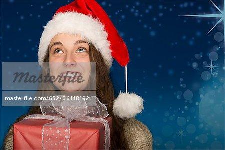 Jeune femme portant le bonnet, holding portrait présent, Noël