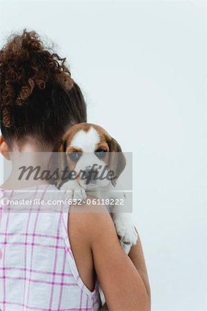 Jeune fille tenir chiot beagle, vue arrière
