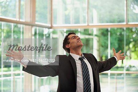 Homme d'affaires avec les bras tendus