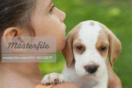 Fille portant des chiots beagle, gros plan