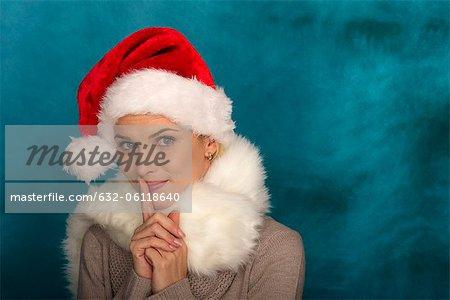 Femme portant le bonnet, le doigt sur les lèvres, portrait