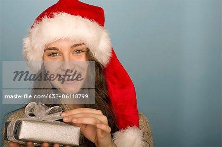 Jeune femme tenant le cadeau de Noël, portrait