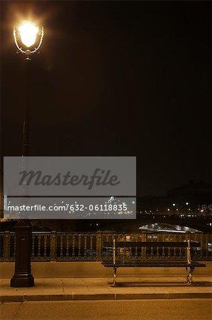 Lampe de banc et de la rue du parc illuminée la nuit