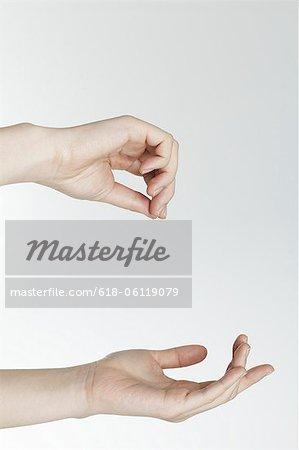 Composition d'image pour placer l'élément, les mains en gros plan