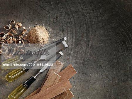 Burins et des morceaux de bois sur le plancher de ciment