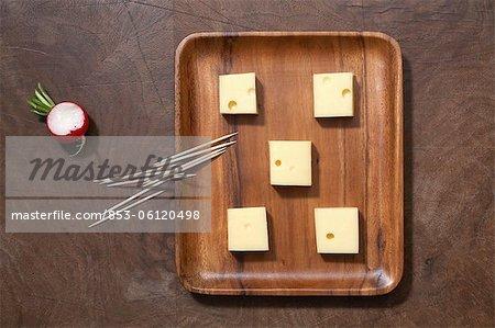 Plateau de fromages, cure-dents et radis