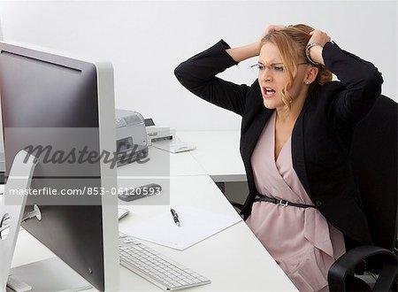 Femme jeune désespérée au bureau