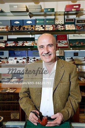 Porträt einer ausgereiften Tabak-Shop-Betreiber