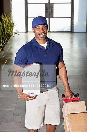 Portrait d'un homme heureux livraison avec paquets