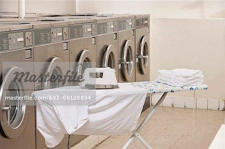 Bügelbrett mit Waschmaschinen im Waschsalon