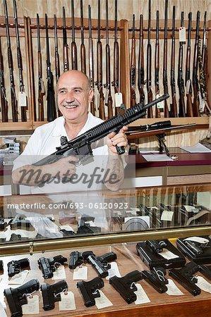 Stocker les heureux homme mûr avec une carabine à Canon