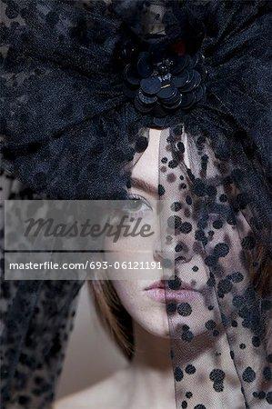 Close-up-Porträt einer jungen Frau, die das Tragen von schwarzen Schleiers