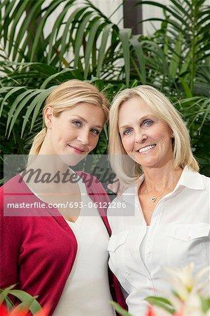 Portrait de l'heureuse mère et fille à effet de serre