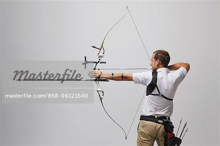 Mann, mit dem Ziel, mit Pfeil und Bogen