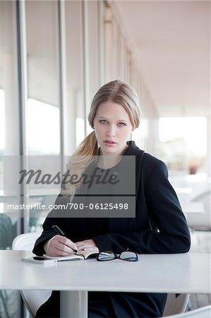 Geschäftsfrau sitzt am Tisch im freien