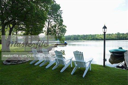 Zeile der weiße Stühle von Wasser, Bobcaygeon, Ontario, Kanada